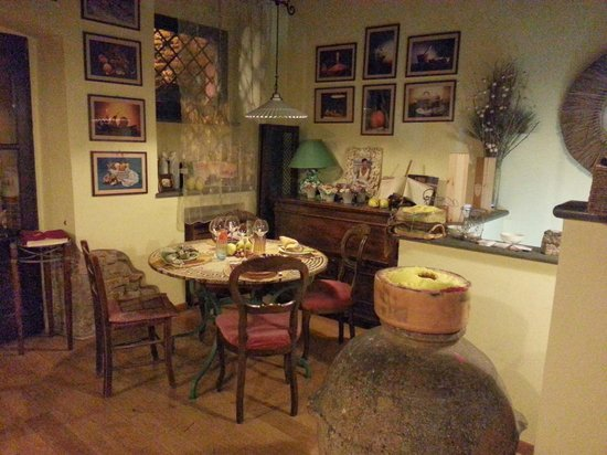 Lillo Tatini: Cute round table on one side