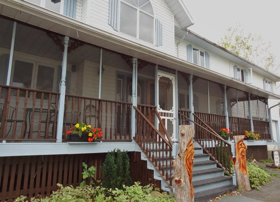 Bells and Whistles Family Inn: A lot of curb appeal!