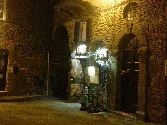 Osteria Il Gallo nel Pozzo: View of entrance in October