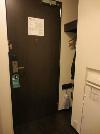Hotel JAL City Haneda Tokyo: small coat hanging area