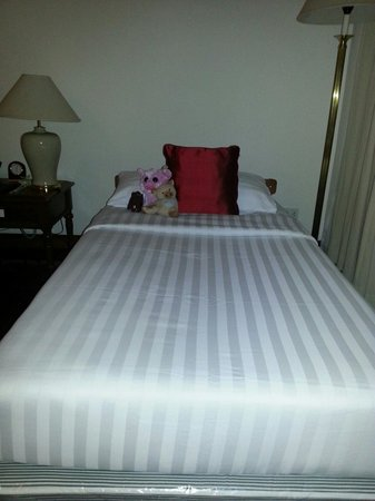 Sofitel Angkor Phokeethra Golf and Spa Resort: Our lil princess bed!
