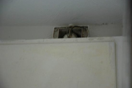 Hotel Villa Itala: Niezabezpieczona elektryka