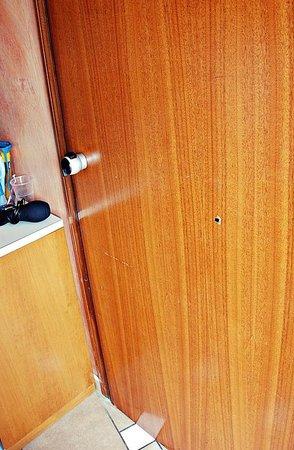 Hotel Villa Itala: Zniszczone drzwi