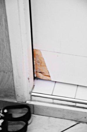 Hotel Villa Itala: Zdewastowane drzwi