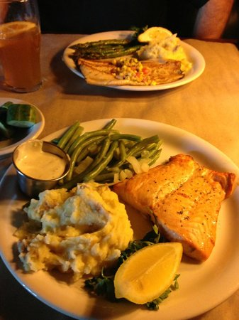 Ted's Montana Grill: Salmon was excellent!