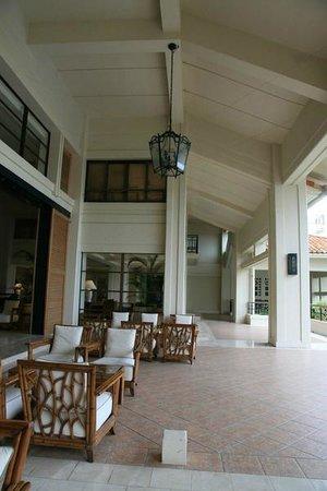 The Busena Terrace: ロビー兼フロント ソファに座ってチェックインができます