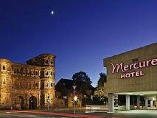 Mercure Hotel Trier Porta Nigra: Blick auf's Hotel und die Porta Nigra gegenüber.