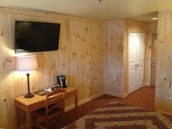 Reid Ridge Lodge: Flat Screen in Cabin Style Room
