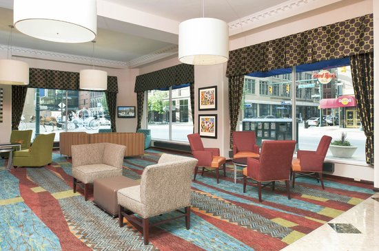 Hampton Inn Indianapolis Downtown Across from Circle Centre: Spacious Lobby with Street Views of Downtown Indianapolis