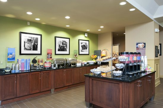 Hampton Inn Indianapolis Downtown Across from Circle Centre: Breakfast Buffet Area