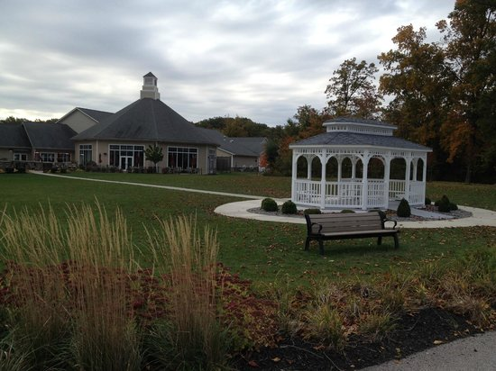 The Lodge at Geneva-on-the-Lake : Gazebo & dining room