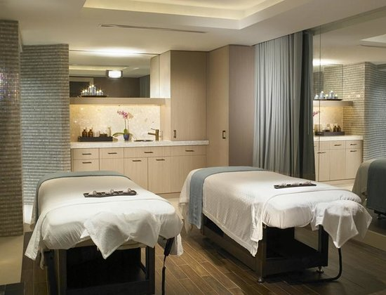 The Palms AVEDA Spa: Enjoy a couples massage in our couples massage room