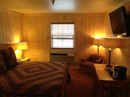 Reid Ridge Lodge: Standard King Bedroom Cabin Style