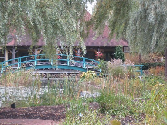 Mirbeau Inn & Spa Skaneateles: Beautiful bridge and grounds