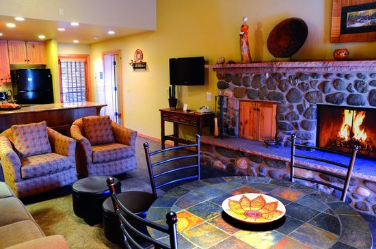 Junipine Resort: Kitchen / Living Room/ 1st fireplace