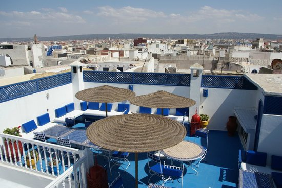 Riad Dar Nafoura : Terrase - Vue sur la médina ... et la mer