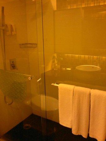 Kaili Motel: bathroom