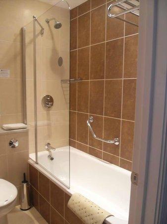 Sligo Park Hotel & Leisure Club : Shower/Bath room 221