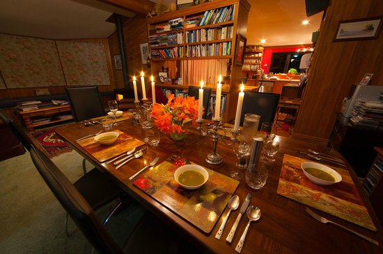 Ashgrove Farmstay & Farm Tours: Lovely dining area, perfect warm place for a days hardwork on the farm!