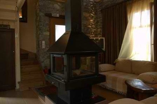 Chalet Azanias: Suite with stand-alone fireplace and jacuzzi
