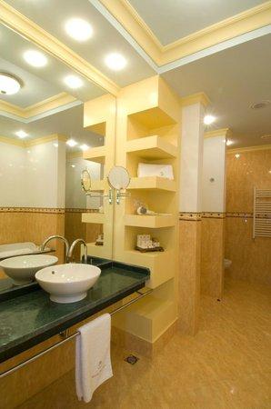 Arena di Serdica Residence Hotel: Deluxe suite Bathroom