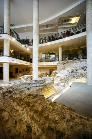 Arena di Serdica Residence Hotel: Amphitheater of Serdica located at the Foyer