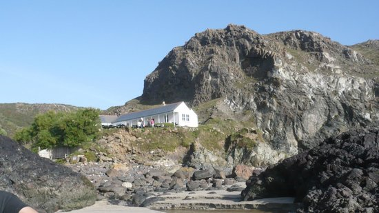 The Lizard and Kynance Cove : NT cafe from the beach