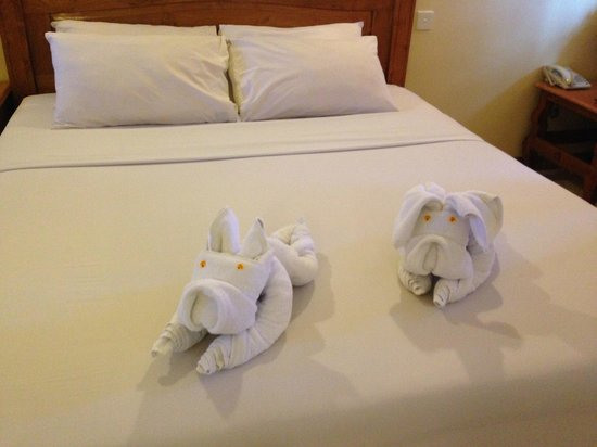 Green Garden: Towels folded as dogs!