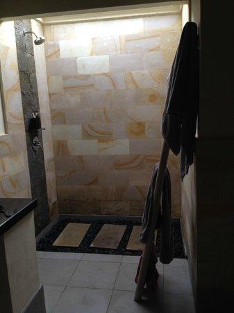 Manta Dive Gili Air Resort: Beautiful bathroom at Waterfront