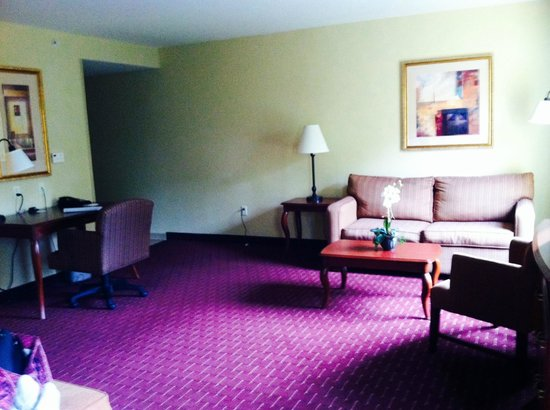 Hampton Inn & Suites Westford - Chelmsford: king suite- sitting area