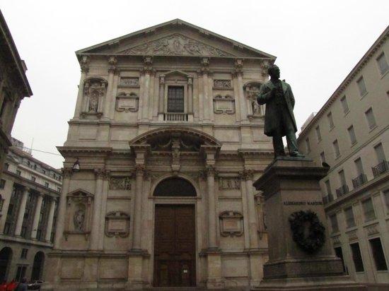 Chiesa di San Fedele: facciata e statua di Manzoni