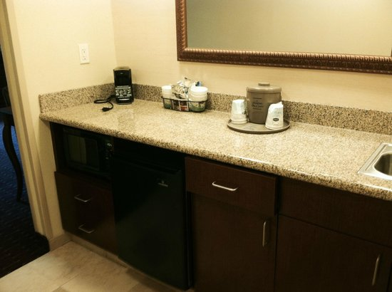 Hampton Inn & Suites Westford - Chelmsford: king suite- microwave & mini fridge
