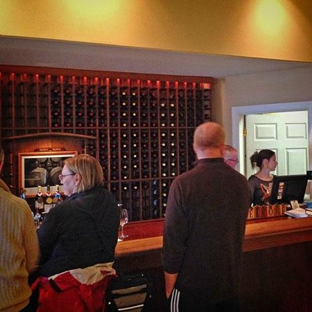 Hawk Haven Vineyard and Winery: Happy customers... GREAT wines!