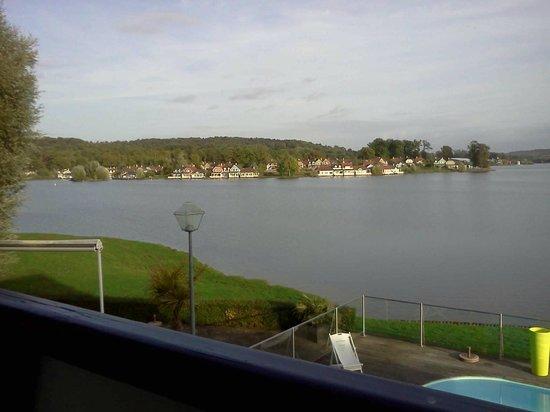 Hôtel du Golf de l'Ailette : vue du lac et sur le center parc