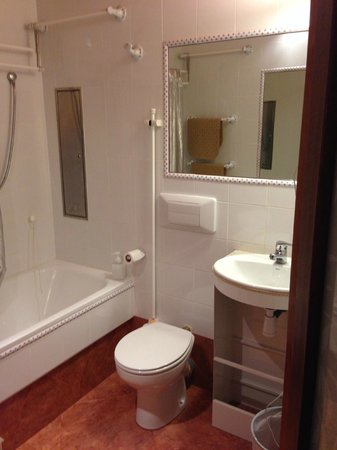 Continental Palacete: The bathroom with the vanity unit that's seen better days
