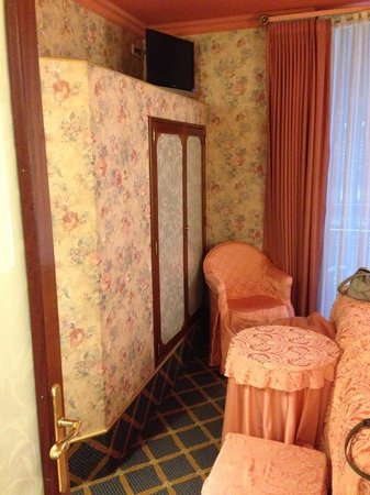 Continental Palacete: The very cramped room - spot the TV