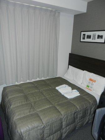Comfort Hotel Maebashi: ...a bit old-school bedsheet - but a comfy bed!