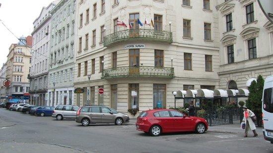 Hotel SLAVIA: Parkplatz vor dem Hotel