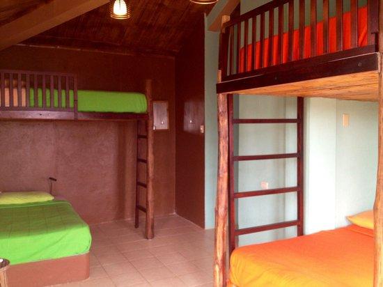 La Buena Vida Hotel- Ayampe: Dorm room with AC