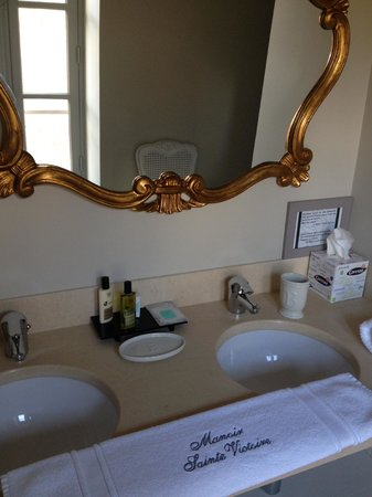 Le Manoir Sainte Victoire: Better than a hotel bathroom