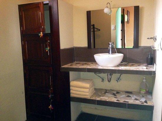 La Buena Vida Hotel- Ayampe: Dorm lockers, walking closet with sink