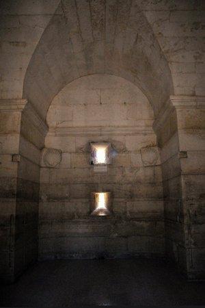 Mausoleo di Teodorico : Nur wenig Licht kommt von außen