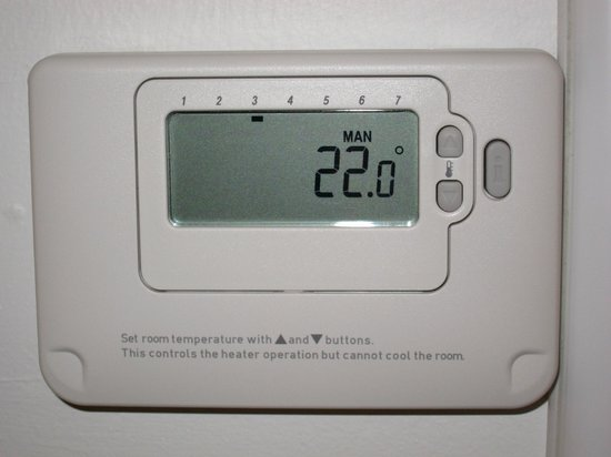 Premier Inn Manchester West Didsbury Hotel : Heater Control - No AirCon