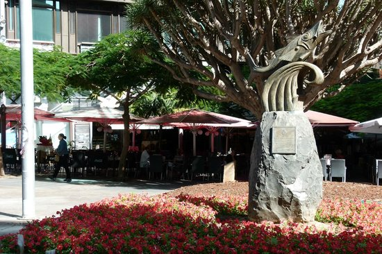 Cafeteria El Aguila : escultura al Chicharro