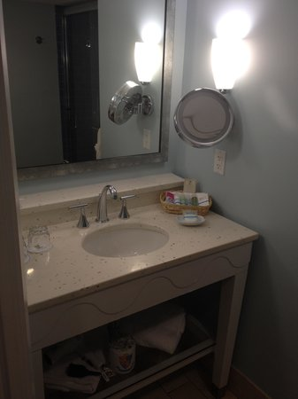 The Naples Beach Hotel & Golf Club: Patio Wing Bathroom
