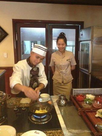 Catba Sunrise Resort : El chef preparando una tortilla para el desayuno