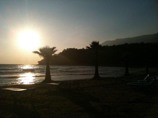 Yucelen Hotel Gokova: Sunset on the beach, Hotel Yucelen