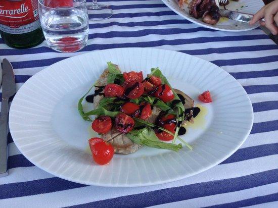 Al Buco: tonno alla griglia con pomodorini e sesamo