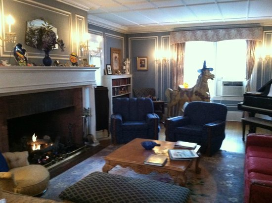 Hampton Terrace Bed and Breakfast Inn: Main house sitting room