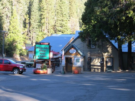 Shaver Lake Village Hotel : Separate front office and dining area